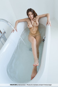 Alisa Big Breasted Teenie Takes A Bath