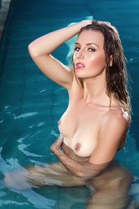 Seductress Jennifer Love Strips By The Pool