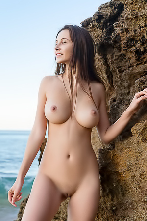 Alisa Shows Her Big Boobs At The Sea