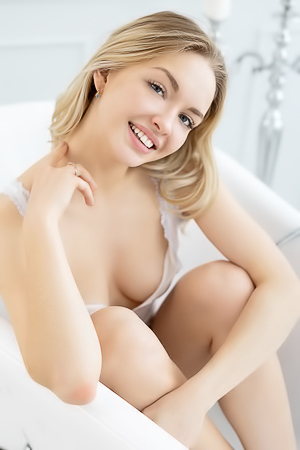 Horny blonde in the tub